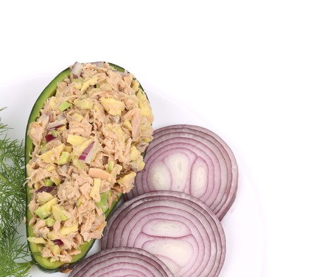 Insalata di avocado e tonno. Isolato su uno sfondo bianco. Archivio Fotografico