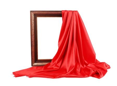 Struttura in legno con seta rossa. Su uno sfondo bianco.