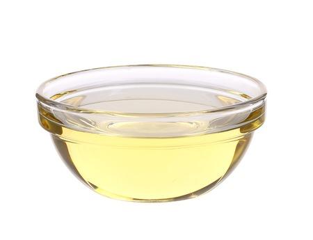 Zonnebloemolie in een glazen kom. Geïsoleerd op een witte achtergrond. Stockfoto