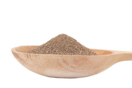 pepe nero: Mucchio di polvere di pepe nero su un cucchiaio.