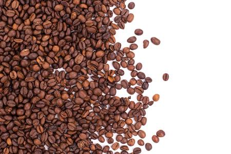 grano de cafe: Granos de café aislados en el fondo blanco en el primer plano