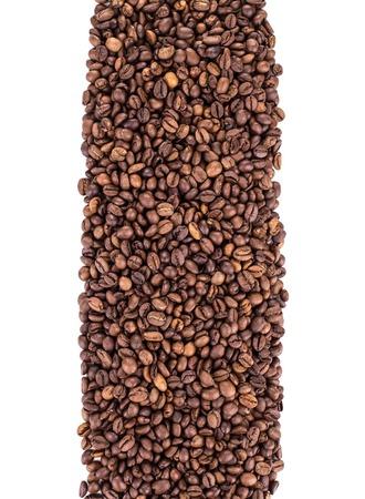 Chicchi di caffè isolato su sfondo bianco in primo piano