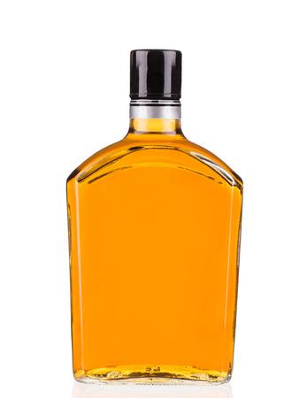 botella de whisky: Botella de whisky aislado en un fondo blanco