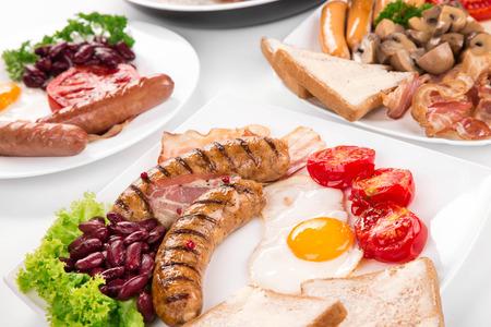 Tradizionale Colazione Inglese Completa Con Uova Fritte Salsicce ...