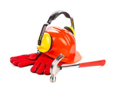 casco rojo: Casco rojo y herramientas de trabajo. Aislado en un blanco. Foto de archivo