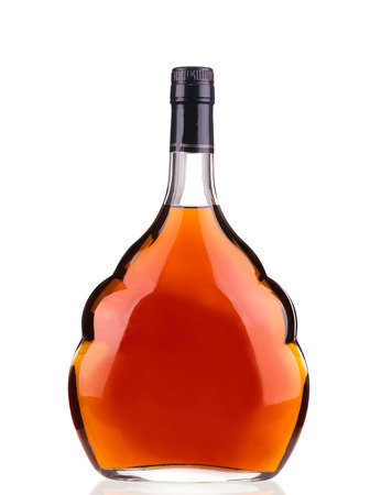 Bottiglia di cognac su sfondo bianco. Isolato su uno sfondo bianco. Archivio Fotografico