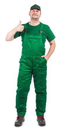 overol: Trabajador con un mono verde. Aislado en un fondo blanco.