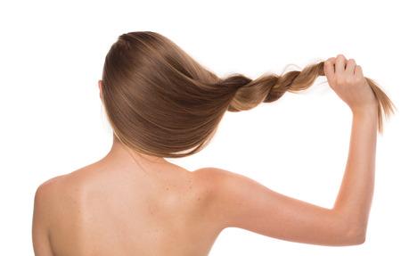 pelo castaño claro: Retrato de la muchacha de la parte posterior. Aislado en un fondo blanco.