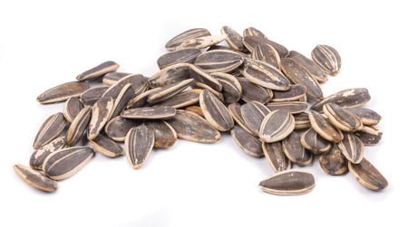 girasol: Manojo de semillas de girasol negros. Aislado en un fondo blanco.