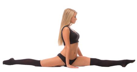 de rodillas: Chica en negro hace las fracturas. Aislado en un fondo blanco.