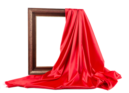 cortinas rojas: Marco de madera con seda roja. Sobre un fondo blanco.