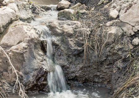 riesgo quimico: Primer plano de la cascada contaminado. Se puede utilizar como un fondo. Foto de archivo