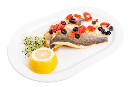 alcaparras: Filete de lubina en una papa al horno con alcaparras y tomates. Aislado en un fondo blanco.
