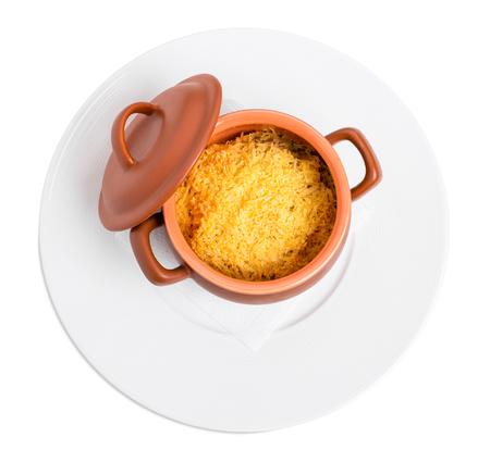 testiculos: Deliciosos cerebros de vaca cocidas al horno y los testículos en olla de barro cubiertas con queso rallado. Aislado en un fondo blanco.