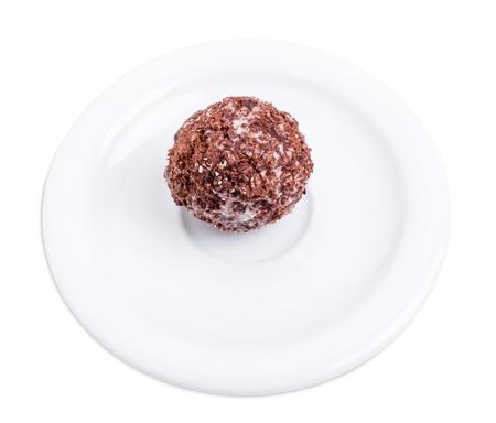 ciruela pasa: el caramelo delicioso con ciruela y chocolate. Aislado en un fondo blanco. Foto de archivo