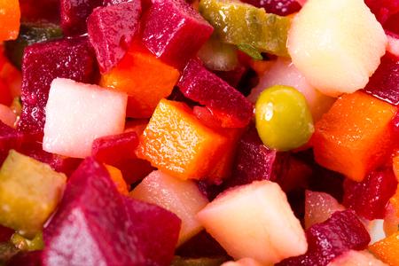 ensaladilla rusa: Rusia vinagreta ensalada de remolacha. Macro. Foto se puede utilizar como un todo fondo. Foto de archivo
