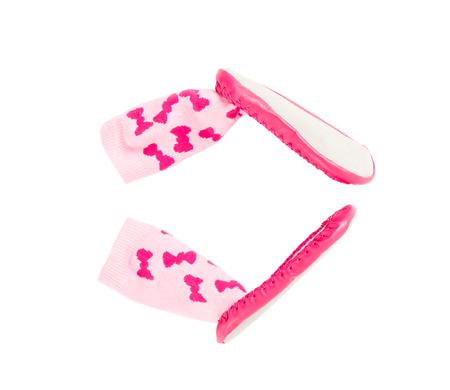 fondo para bebe: zapatos suaves de color rosa para los bebés. Aislado en un fondo blanco.