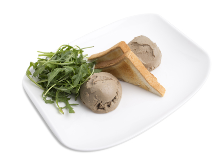 higado de pollo: Homemade chicken pate with arugula and toasted bread. Isolated on a white background.