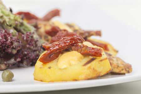 Salade de viande chaude et poulet frit avec pommes de terre. Fermer. Il y a un espace pour un texte.