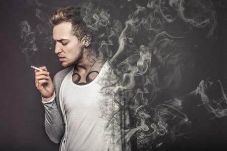 hombre fumando: Mata el concepto de fumar Foto de archivo