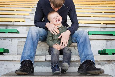 Vader en zoon spelen in leeg stadion