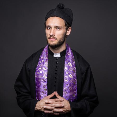 sotana: retrato serio pastor Estudio sobre fondo negro