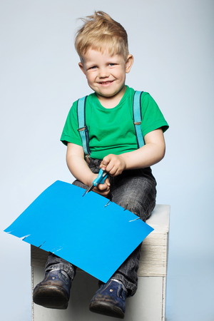 early learning: sonriendo corte de papel, el aprendizaje temprano y el concepto de guarder�a ni�o Foto de archivo