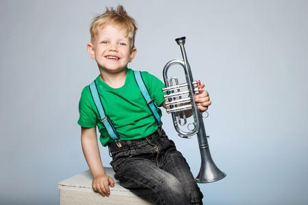 Niño feliz con la trompeta Foto de archivo - 31757878