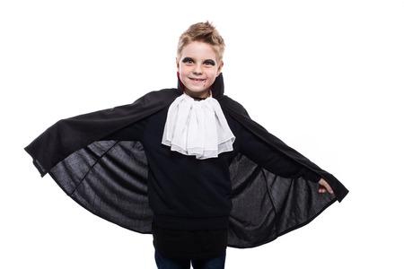 Leuke jongen verkleed als vampier voor de Halloween partij geïsoleerd over witte achtergrond Stockfoto