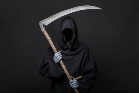 Segador muerte sobre fondo negro. Halloween. Retrato de estudio sobre fondo negro Foto de archivo - 36760729