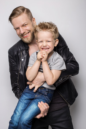 padre e hijo: Joven padre e hijo jugando juntos. Dia del padre. Retrato de estudio sobre fondo blanco