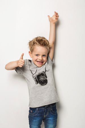 Retrato de niño emocionalmente. Retrato de estudio sobre fondo blanco Foto de archivo - 40189753