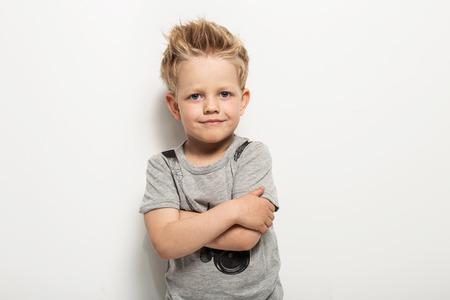 Portret van gelukkige blije mooi jongetje. Studio portret over een witte achtergrond Stockfoto