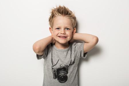 Portret van schattige kleine jongen poseren. Studio portret over een witte achtergrond Stockfoto