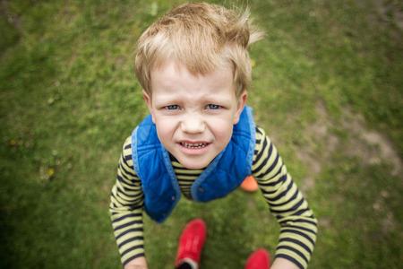 Stoute jongen te zoeken. Outdoor portret. Detailopname Stockfoto