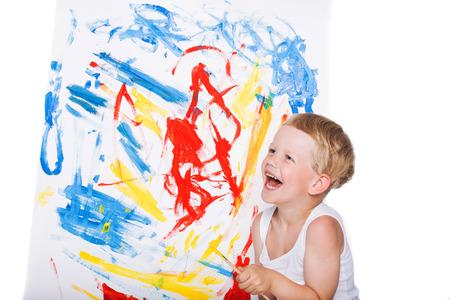 Mooie jongen schilderij met penseel op canvas. Onderwijs. Creativiteit. Studio portret op witte achtergrond