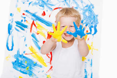Portret van een beetje rommelig jongen schilder. School. Preschool. Onderwijs. Creativiteit. Studio portret over een witte achtergrond