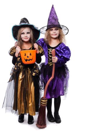 witch: Ni�os Bruja con truco o el convite. Halloween. Hada. Cuento. Retrato de estudio aislado sobre fondo blanco