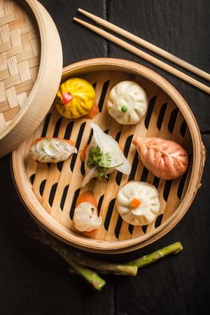Dumplings Dim Sum. Comida tradicional chinesa Foto de archivo - 74210973