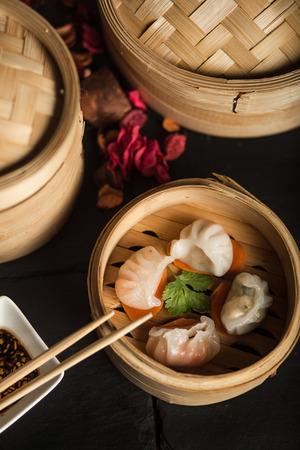 Raviolis Dim Sum. Cuisine traditionnelle chinoise Banque d'images - 74193811