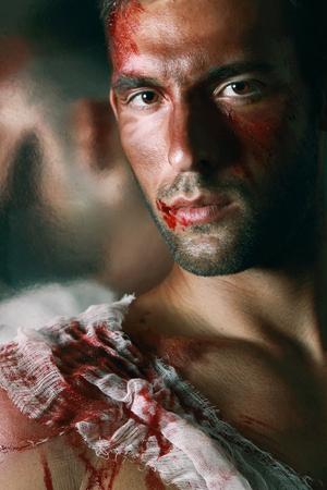 ojos cafes: Retrato de hombre guapo de sangrado masculino con ojos Brown y sangre en la cara y el hombro labios