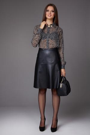 blusa: Hermosa sexy mujer de negocios joven con maquillaje de la tarde llevaba una falda hasta la rodilla y una blusa de seda con mangas de encaje largos y zapatos de tacón alto y un pequeño bolso negro, ropa de negocios para reuniones y paseos