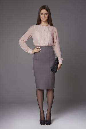 美しいセクシーな若いビジネス女性夜メイク膝とレース長い袖とかかとの高い靴と小さな黒のハンドバッグ、ビジネス会議や散歩服とシルクのブラ