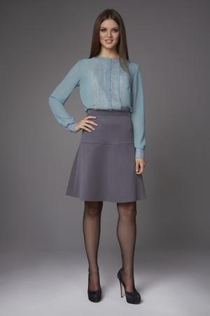 아름 다운 섹시 한 젊은 비즈니스 여자 저녁 레이스 긴 소매와 높은 - 굽 신발과 작은 검은 색 핸드백, 무릎에 실크 블라우스와 치마를 입고 메이크업, 회의 및 산책을위한 비즈니스 옷