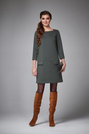 Mooie sexy jonge vrouw met avond make-up dragen van een jurk en schoenen met hoge hakken en een kleine zwarte handtas, zakelijke kleding voor vergaderingen en wandelingen najaarscollectie