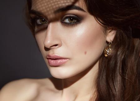 美しい若いセクシーなブルネットの女性明るい夜メイク完璧な滑らかなスキンケア化粧品クリーム顔、宝石類、美容サロン、雑誌、クローズ アップ