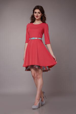 明るい夜メイク長いウェーブのかかったブロンドの髪を持つ美しい若いセクシーな女の子は夏の日焼けの色の短いドレスとハイヒールの靴の完璧な 写真素材