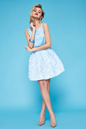 Schöne reizvolle junge Frau mit dem blonden Haar Abend Make-up trägt ein Kleid Standard-Bild
