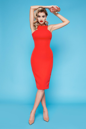 blonde yeux bleus: Belle sexy jeune femme d'affaires avec des cheveux blonds maquillage de soirée vêtue d'une robe