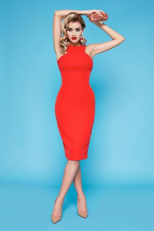 traje de gala: Hermosa mujer de negocios joven de pelo rubio sexy con maquillaje de la tarde con un vestido